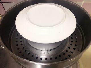 黑米红枣蒸糕,提起烧开水,放入蛋糕糊,倒扣一个盘子在上面,中火蒸30-40分钟左右;