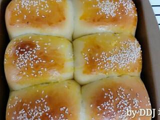肉松小面包,180度烘烤25分钟,上色后盖锡纸