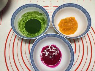 高颜值慕斯杯组合,抹茶用一点点水化开,芒果果肉用勺子压成泥,红心火龙果加一点水,用勺子压筛网过滤。这些都是调色用的,只需要少量即可