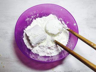 人人夸赞的燕麦香蕉卷,将切好的香蕉段放入生粉中,均匀沾满生粉。