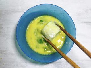 人人夸赞的燕麦香蕉卷,沾满生粉后,放入鸡蛋液中,裹上鸡蛋液。