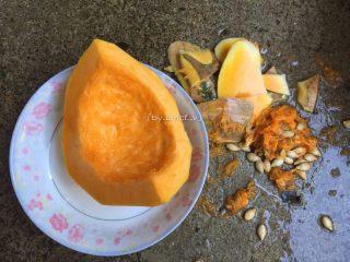 芝心南瓜麻球,先将南瓜去皮、去籽后洗净(此时洗净后的南瓜净重160g)
