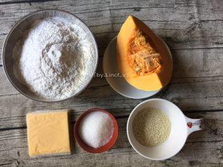 芝心南瓜麻球,准备所需食材:南瓜1块、糯米粉200g、芝士片3片、白糖30g、白芝麻适量
