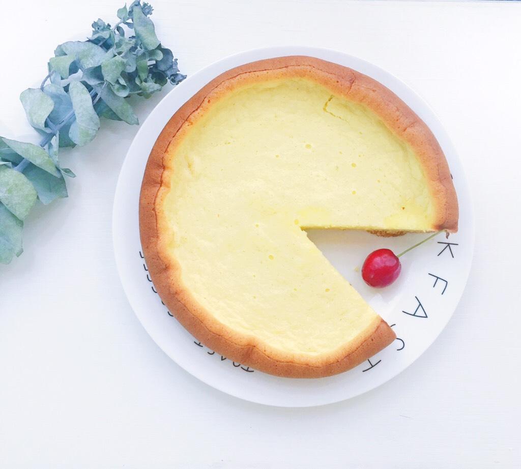 电饭煲蒸蛋糕,满屋子的蛋糕香味 忍不住先切了一块尝鲜</p> <p>(宝宝食用的话可以切成小丁或者直接手抓着啃哈哈)