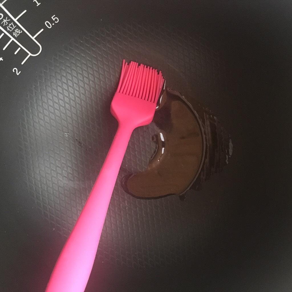 电饭煲蒸蛋糕,</p> <p>电饭煲倒入适量色拉油(方便脱模 )