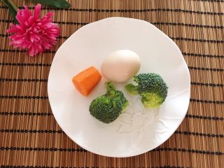 胡萝卜西兰花炖蛋,食材:鸡蛋一个、胡萝卜一小段、  西兰花两小朵