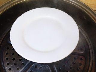 胡萝卜西兰花炖蛋,盖上盖子,放入水烧开的锅中蒸15分钟左右