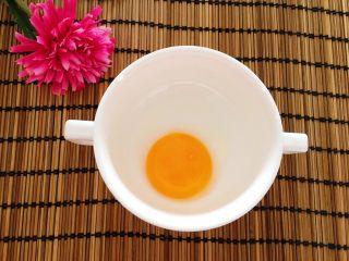 胡萝卜西兰花炖蛋,鸡蛋分离出蛋黄