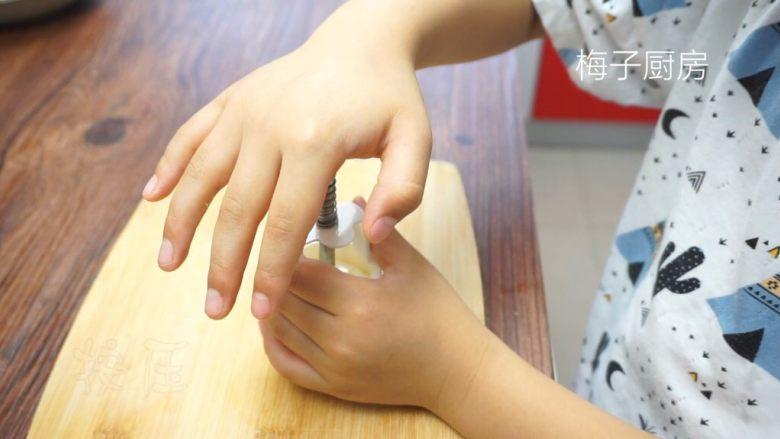 绿豆糕,称好克数,放入到模具,模具提前刷一层熟的植物油。