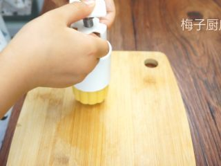 绿豆糕,按压成形,按压出时动作一定要轻。