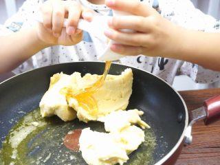 绿豆糕,倒入麦芽糖和白糖。