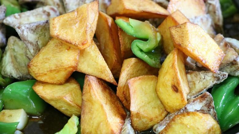 地三鲜,将土豆和茄子放入,快速翻炒至其裹匀汤汁即可出锅~