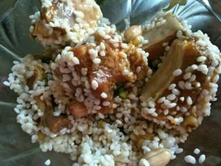 排骨糯米饭,将剩余的糯米和花生与排骨翻拌在一起