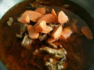 麻辣羊排煲,羊排用高压锅压好后,先后放入胡萝卜~