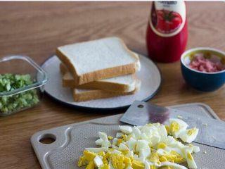 快手美味鸡蛋三明治,食材准备好,黄瓜切丁,火腿切丁,鸡蛋切碎(越碎越好)