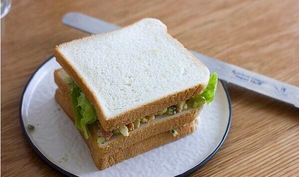 快手美味鸡蛋三明治,开切!一定用锯齿刀哦!