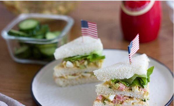 快手美味鸡蛋三明治,文雅的吃法推荐切1/4三角哦~加上小旗帜,颜值萌萌哒,小朋友一定也会爱上这款简单快手三明治!