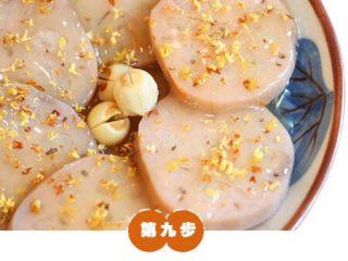 糯米糖藕,将桂花糖汁浇到莲藕上,即可。