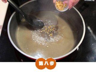 糯米糖藕,炖煮并加入适当的桂花、莲子,关火