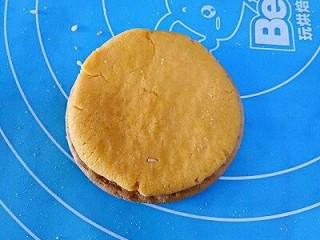 南瓜饼,取一块饼干放在下面,取一块南瓜面团按扁放在饼干上