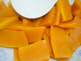 南瓜饼,蒸好的南瓜滤出水份
