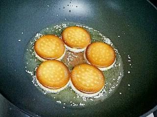 南瓜饼,将南瓜饼炸至两面金黄即可