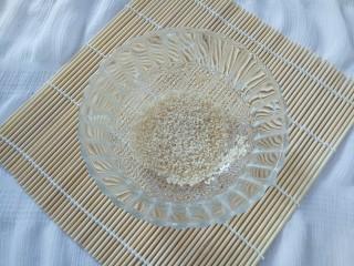南瓜饼,准备熟白芝麻放入小碗中