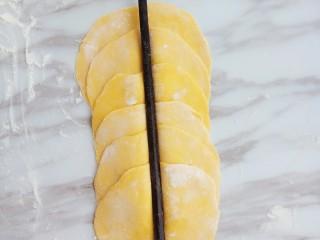 南瓜玫瑰花馒头,中间用筷子按压一下
