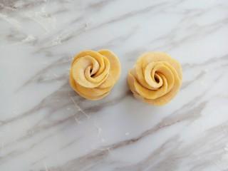 南瓜玫瑰花馒头,整理成玫瑰花形状