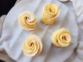 南瓜玫瑰花馒头,冷水入锅蒸8分钟