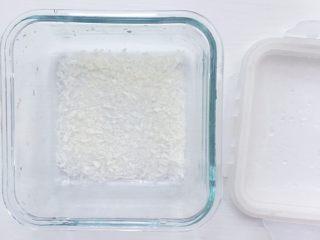 火龙果牛奶小方, 提前准备好一个保鲜盒 保鲜盒底部垫一层薄薄的面包糠(椰蓉也可以)