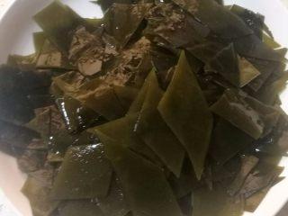 海带排骨汤,9.切成合适大小,我切成菱形,也可以切成海带丝。