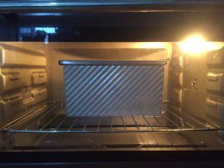 低卡全麦吐司,预热结束,吐司放进烤箱上下火180度40min