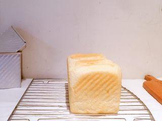 低卡全麦吐司,出炉震荡后脱模,倒扣在烤架上晾凉