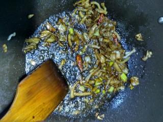 油菜肉丝面,待肉丝炒变色,加入酱油料酒