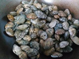 香辣花甲,两个小时后,把花甲沥干水倒入锅内干炒