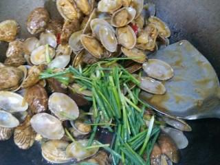 香辣花甲,加入花甲内,快收汁时加入切的葱段,炒均匀即可