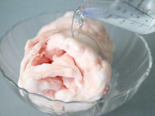 熬猪油,猪板油放在流动的水下冲洗。