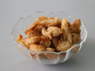 熬猪油,熬至猪油成渣即可。 熬好的猪油渣可以用来炒菜、包饺子,或者撒上盐直接吃。