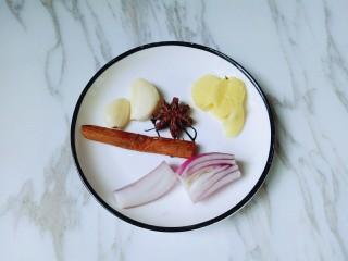 养生母鸡汤,准备好香料,蒜去皮,姜去皮切片。
