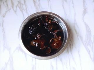养生母鸡汤,放在容器里,加入冷水自然泡发(自然泡发的木耳口感特别好)