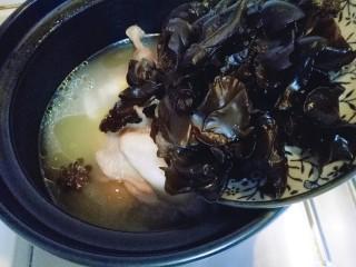 养生母鸡汤,将木耳,枸杞,红枣加入鸡汤中,大火烧开5分钟即可。