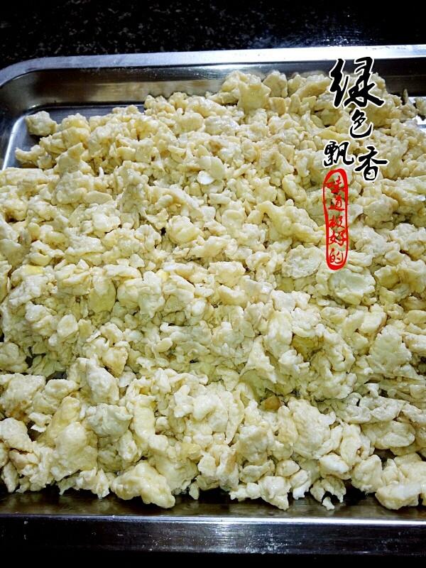 韭菜鸡蛋馅饺子,将鸡蛋炒碎,备用
