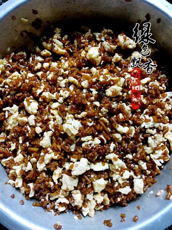 韭菜鸡蛋馅饺子,将炒好的鸡蛋和粉条拌匀