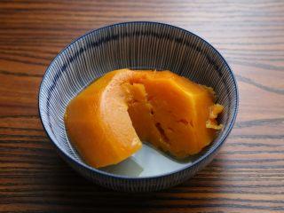 南瓜派,蒸熟的南瓜取出备用。