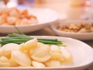 蒜个虾球,大蒜瓣用刀背敲一下,去皮去蒂 小葱洗净,备用