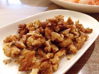 蒜个虾球,大核桃仁掰成1/4大小
