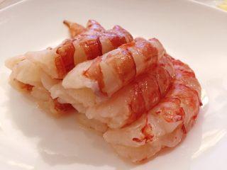 蒜个虾球,洗手,剥虾,好大个哦! 红虾肉切成颗粒状