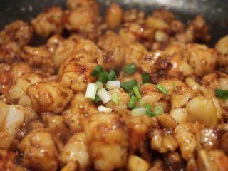 蒜个虾球,看着红虾肉慢慢紧致起来,就可以起锅了 起锅前撒上葱花