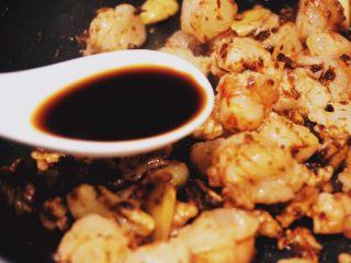 蒜个虾球,加入一勺生抽(千万不要多,辣椒酱本身就能单独食用)